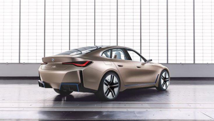 A BMW i4 EV hátulról fotózva