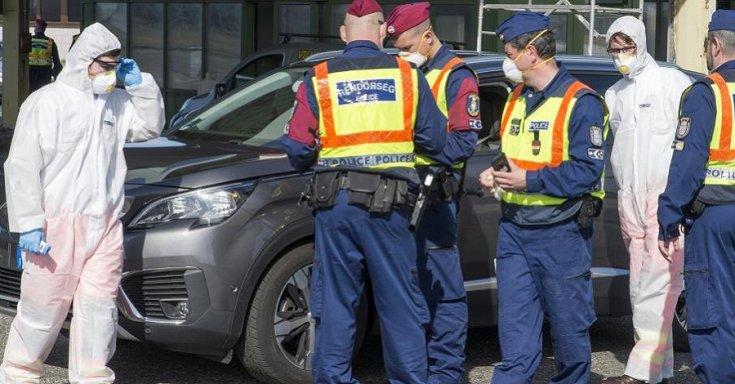 Olasz rendszámú autót ellenőriznek a magyar rendőrök Hegyeshalomnál a határátkelõnél