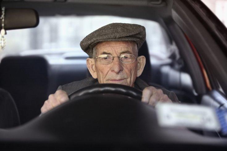 idős vezető a volán mögött szemből