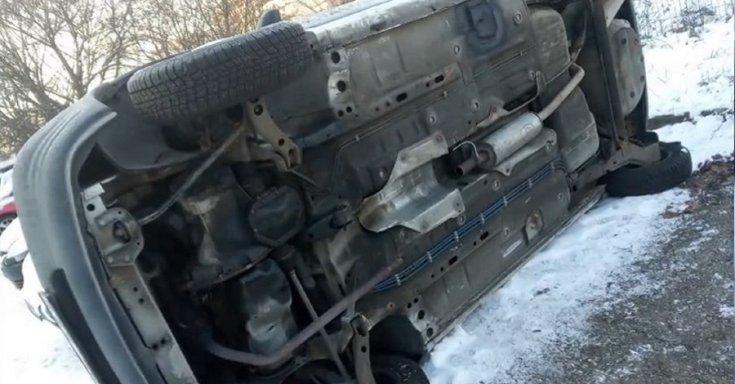 Oldalára borított autó
