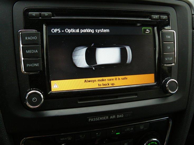 Automata parkolási segéd monitorképe egy Skoda Superb multifunkciós kijelzőjén