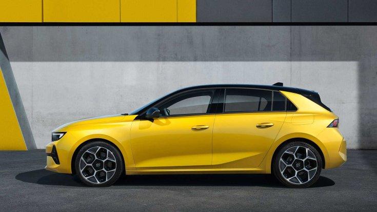 2021-es Opel Astra oldalról