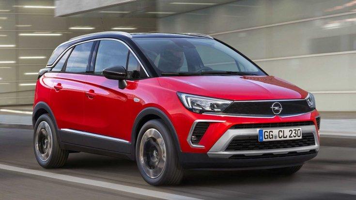 Új 2021-es Opel Crossland városi úton féloldalról