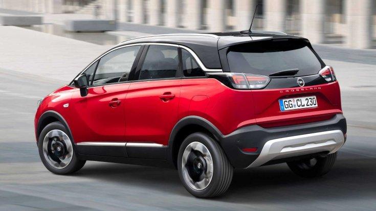 Új 2021-es Opel Crossland városi környezetben hátulról