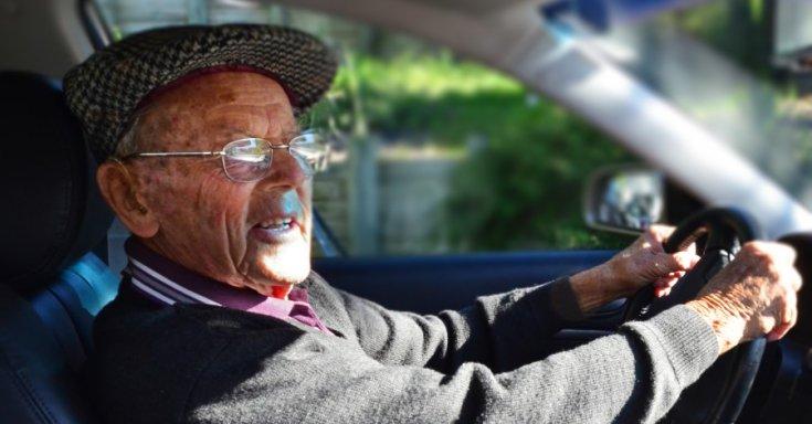Idős sofőr a volánnál