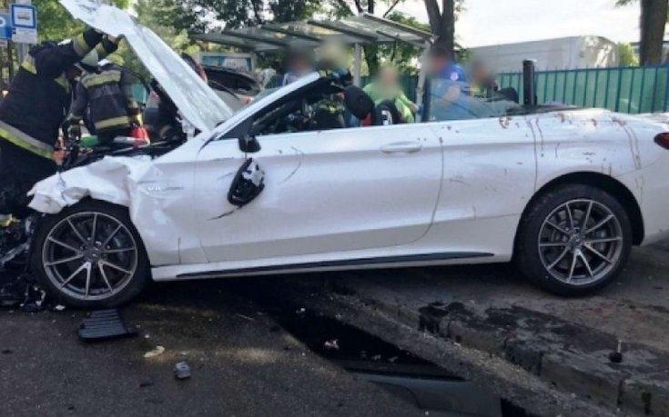 Összetört Mercedes oldalról fotózva