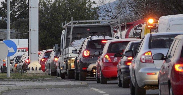 Autók az osztrák-magyar határon