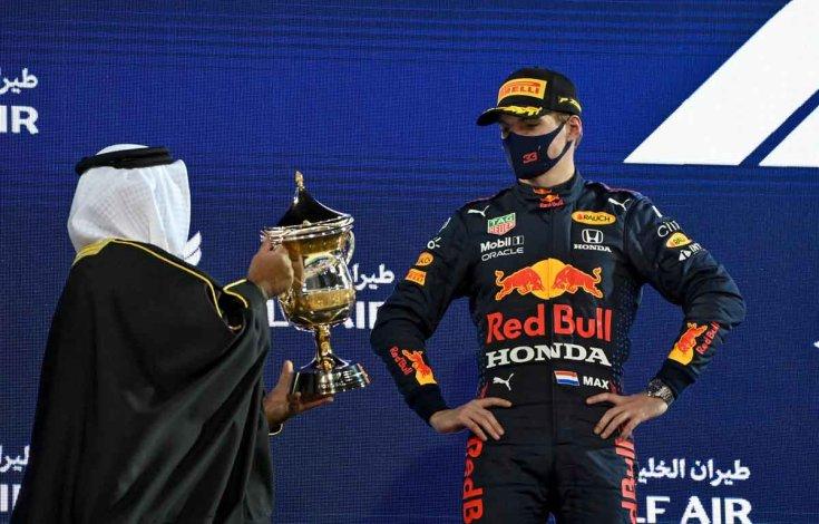 Max Verstappen Bahreinben átveszi a második helyezettnek járó díjat