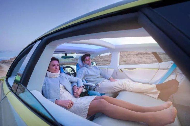 pár fekszik az önvezető autóban