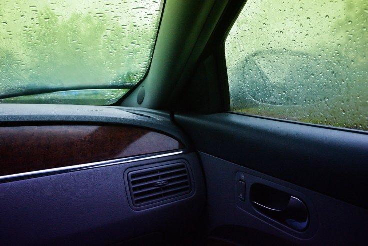 Párás ablak az utastérből fotózva
