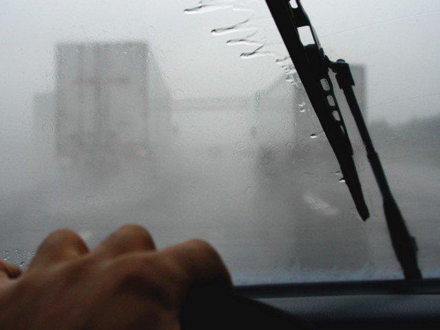 Párás ablak a sofőr szemszögéből