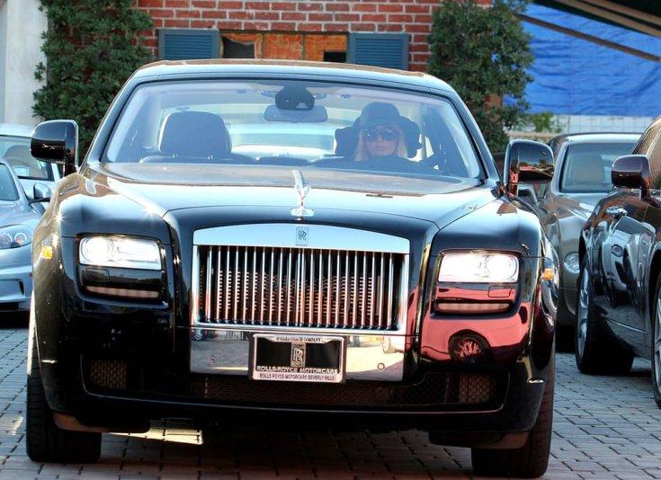 Paris Hilton egy Rolls Royce Ghost-ot vezetve szemből