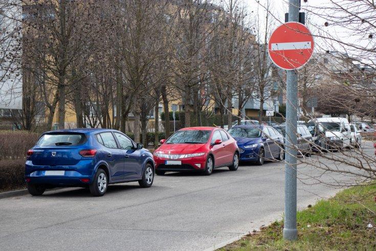 Szabálytalan parkolás forgalommal szemben