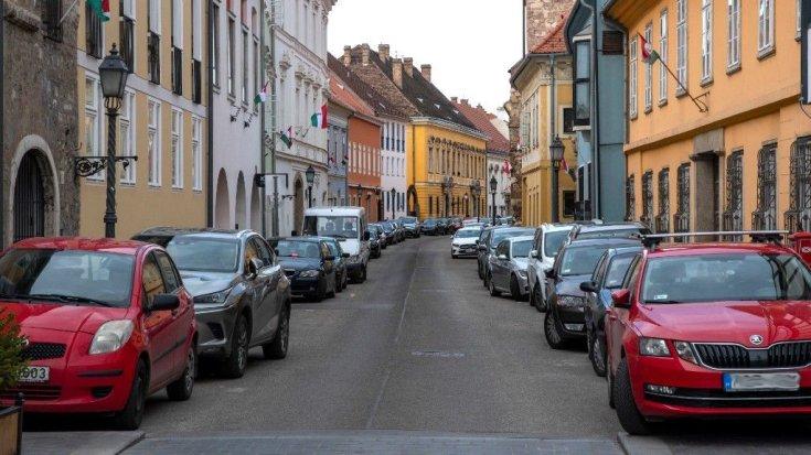 Parkoló autók egymás mellett és mögött
