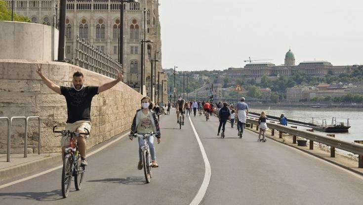 Gyalogosok és biciklisek közlekednek a gépjárműforgalom előtt lezárt pesti rakparton