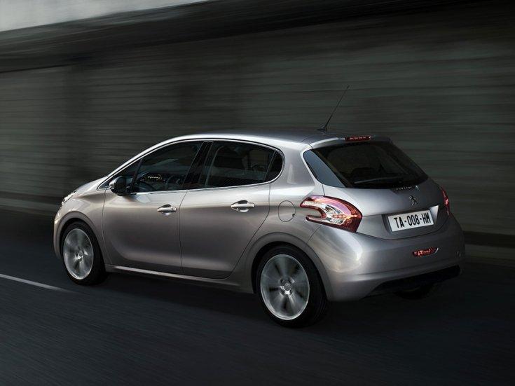 Peugeot 208 5 ajtós kivitel menetközben hátulról
