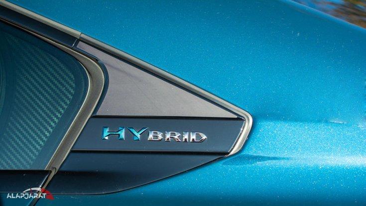 Hybrid felirat egy Peugeot oldalán