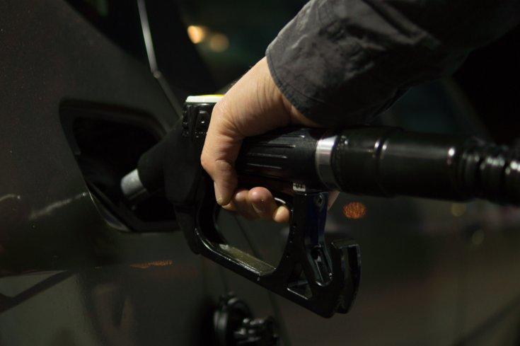 Üzemanyag tankolás egy benzinkúton