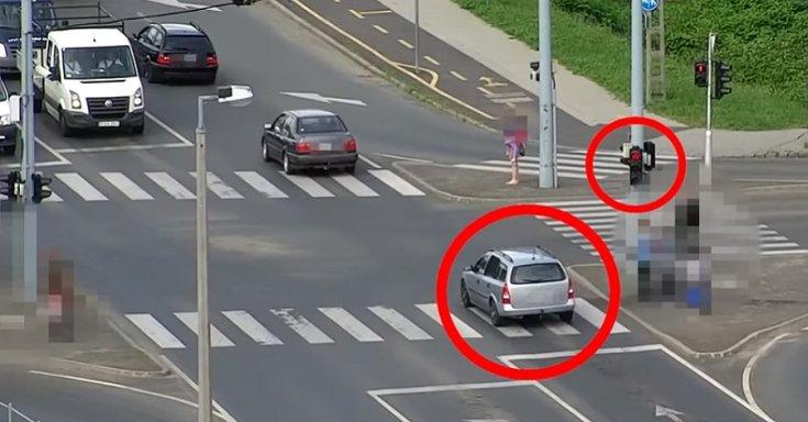 Piroson áthajtó autós