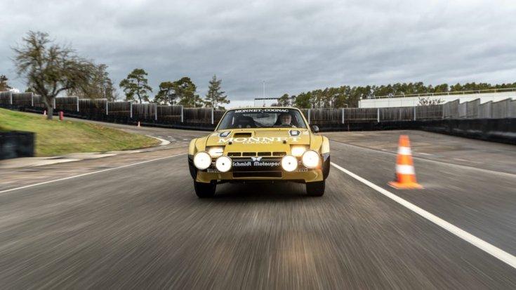a felújított Porsche 924 Carrera GTS rallyautó szemből menet közben