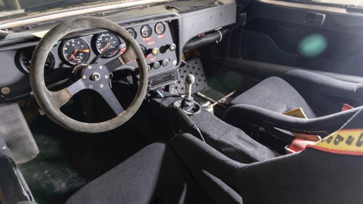 a felújított Porsche 924 Carrera GTS raliautó belülről