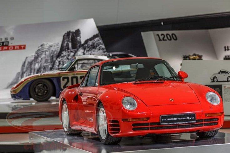 Porsche 959-es, a háttérben pedig a zártpályás verseny változata