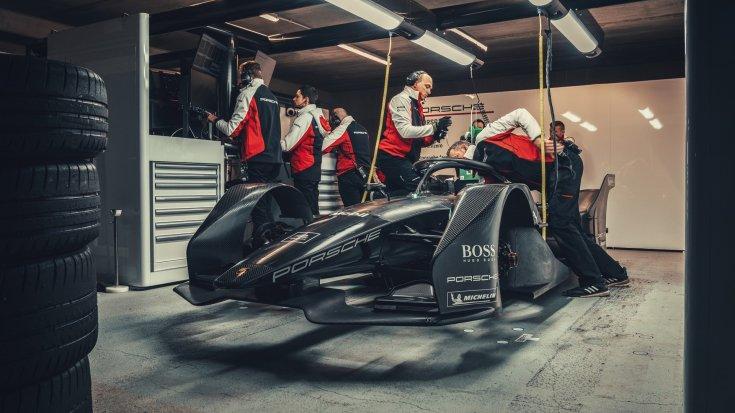 szerelők a Porsche Formula-E autóján dolgoznak
