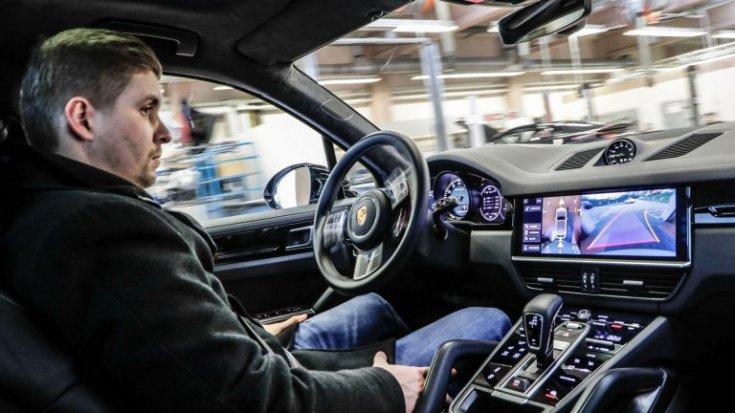 önvezető autóban ülő férfi