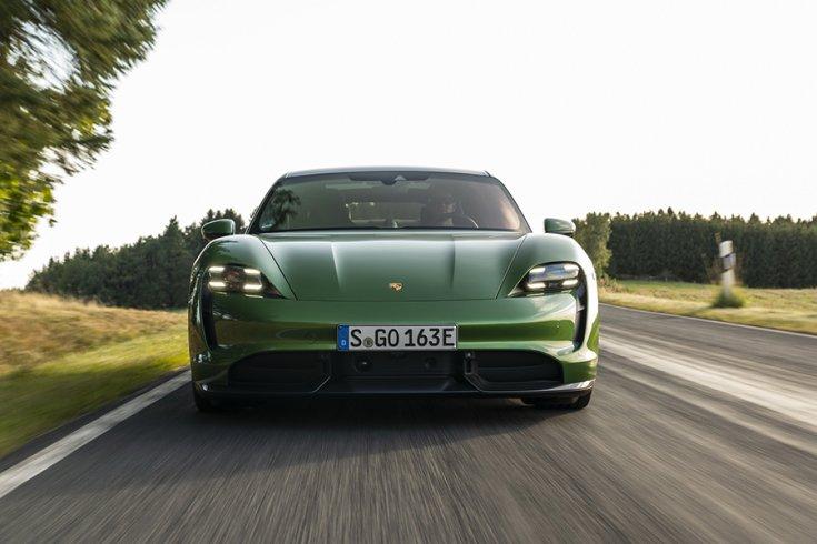 A Porsche Taycan Turbo S szemből fotózva menet közben