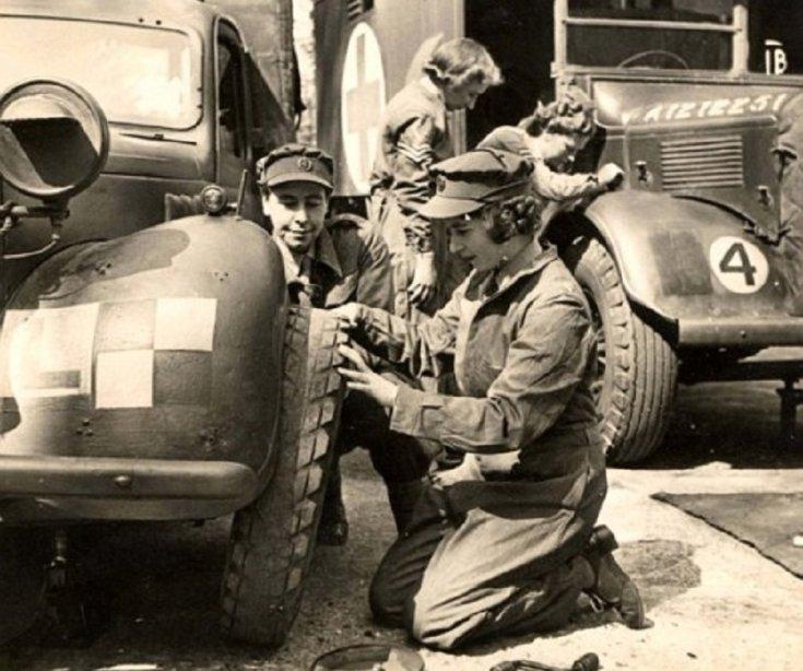 II. Erzsébet egy katonai teherautó kerekét javítja, II. világháború