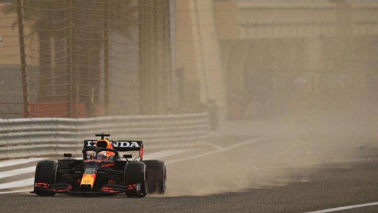 Max Verstappen a Red Bull Hondával a célegyenesben