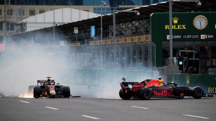 Bakuban összeütköző Red Bullok Daniel Ricciardo és Verstappen vezetésével