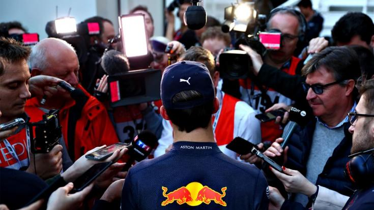 Újságírók egy Red Bullos versenyzőt körbevéve