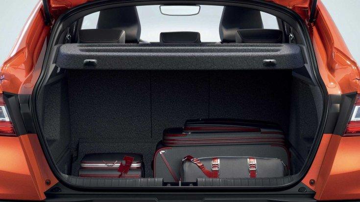 Renault Arkana csomagtere hátulról, benne bőröndökkel
