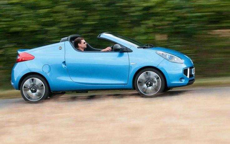 Renault Wind, erdei háttérben, menet közben