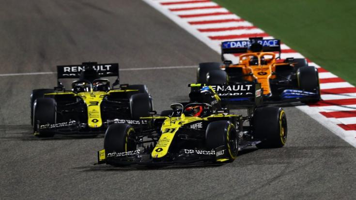 A két Renaultban Esteban Ocon és Daniel Ricciardo, mögöttük az egyik McLaren