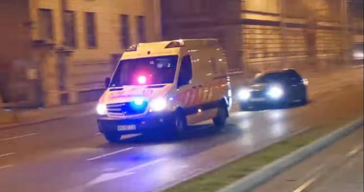 Rendőrautóra tapadó BMW a budapesti éjszakában