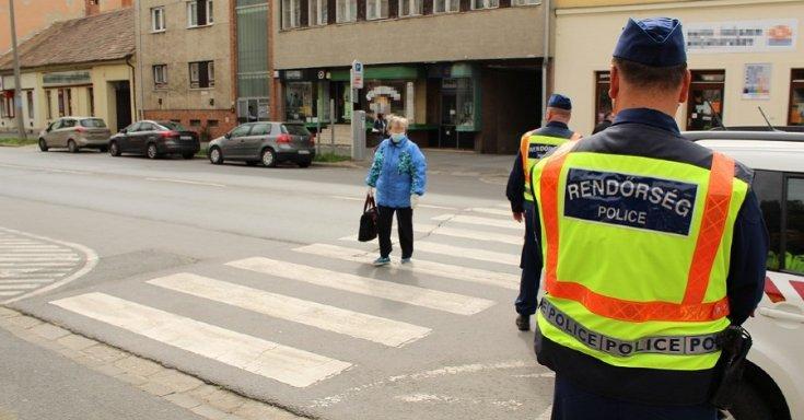 Rendőrök ügyelnek a rendre a zebránál