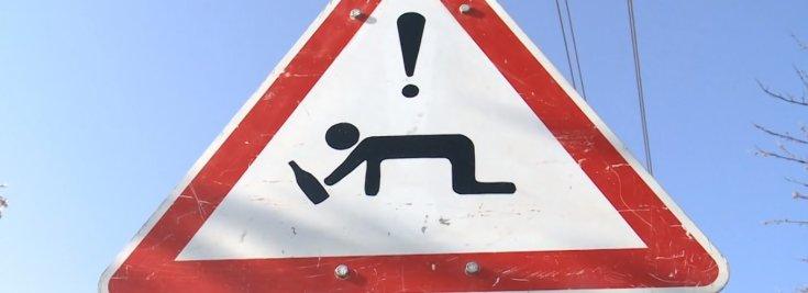 Részeg emberekre figyelmeztető tábla Mohácson
