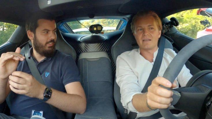 Mate Rimac és Nico Rosberg az elektromos szuperautóban menet közben