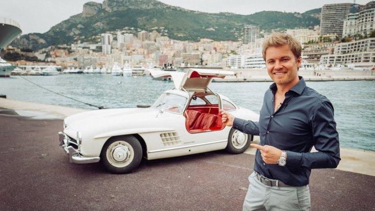 Rosberg Mercedes előtt a monacói kikötőben