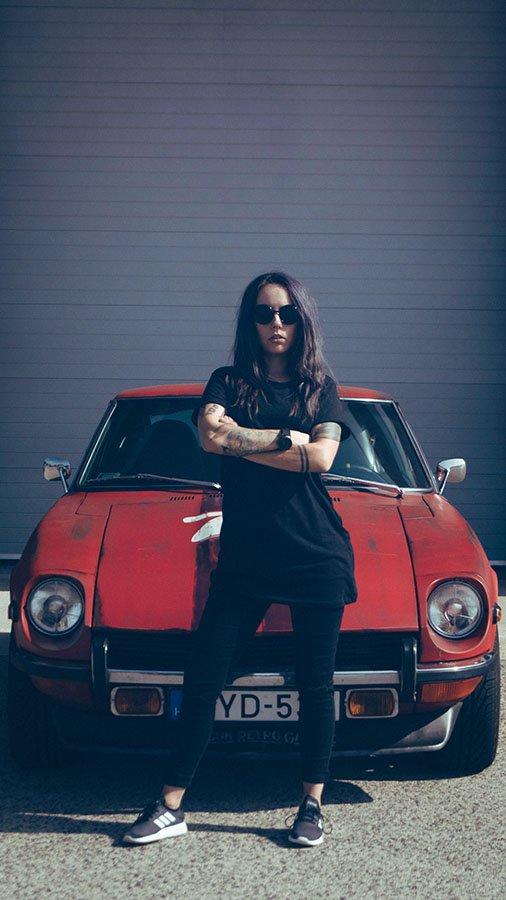 Rupa Adrienn autós újságíró Datsun S30 előtt karba tett kézzel