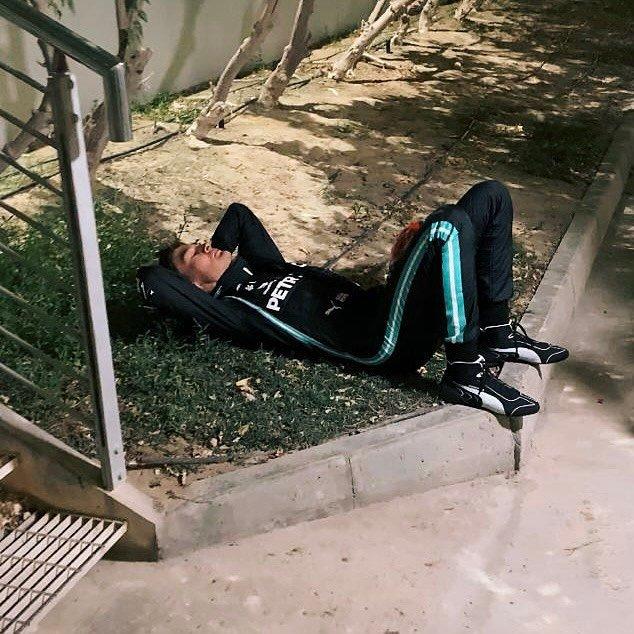 George Russell összeomolva a verseny után a Paddockban