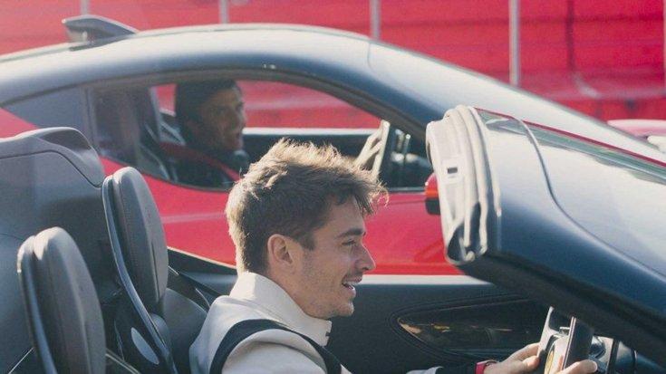 Carlos Sainz és Charles Leclerc két Ferrari SF90-es modellel oldalról