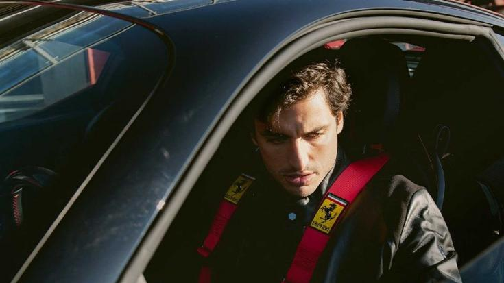 Carlos Sainz egy SF90-es Ferrari volánja mögött szemből