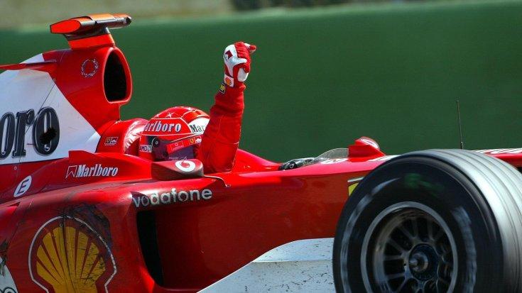 Schumacher a 2004-es San Marinó-i Nagydíj megnyerése után ünnepel