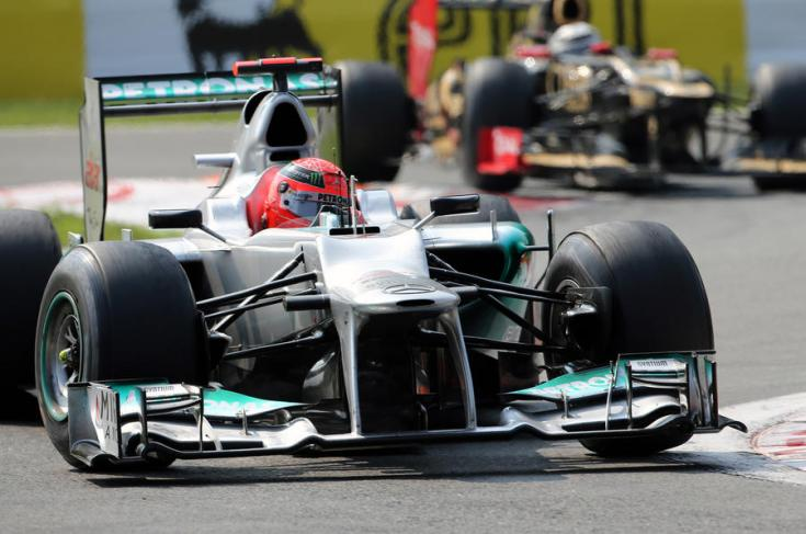 Michael Schumacher egy kanyarban a 2012-es autóval