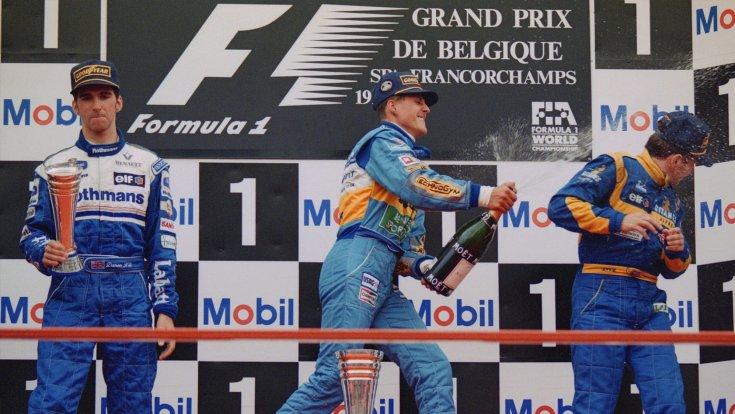 Schumacher ünnepel a dobogó tetején, mellette a csalódott Damon Hill
