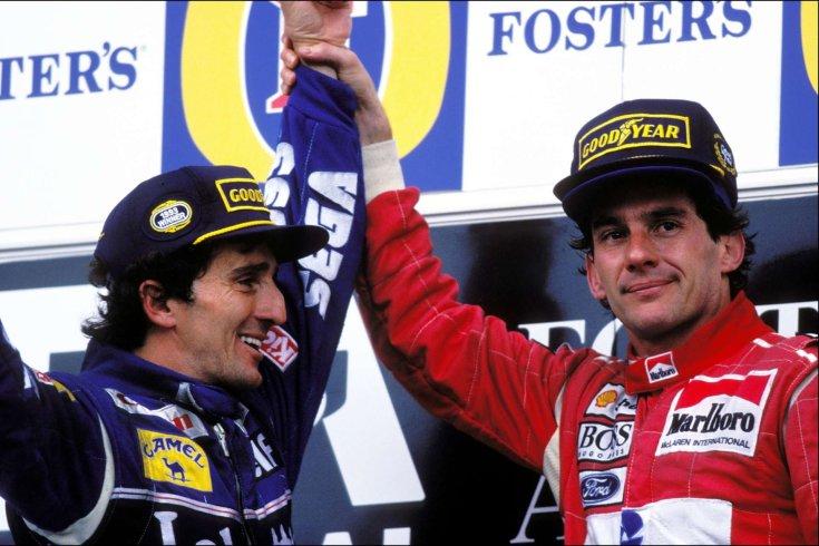 Senna az Ausztrál Nagydíj dobogóján magasra emeli a négyszeres világbajnok rivális, Prost kezét