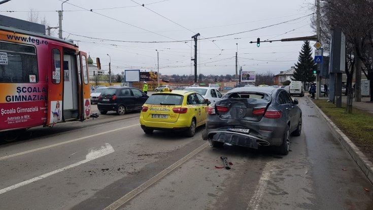 Sérült Mercedes az út szélén Romániában